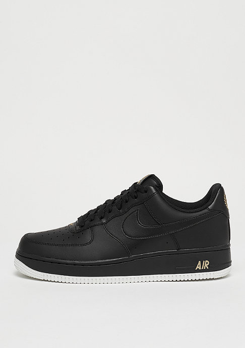 Commander NIKE Air Force 1 07 black/black/summit white/metallic gold chez SNIPES !