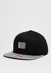 Snapback-Cap Metal Badge black/grey