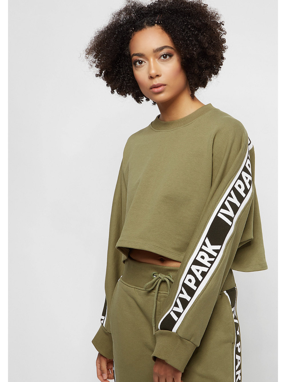 Damen IVY PARK Logo Tape Crop Crew dark green grün |
